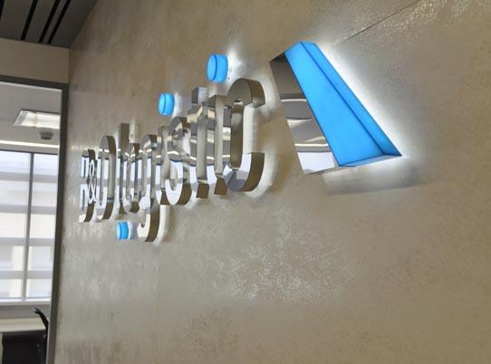 Цвет и свет в корпоративном дизайне. Логотип компании, ресепшн. Проект DeViz